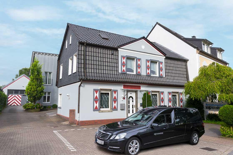 Bestattungshaus Elstermeier mit Auto vor dem Haus