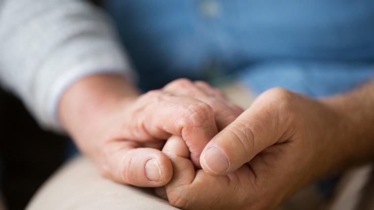 Hände die sich gegenseitig halten