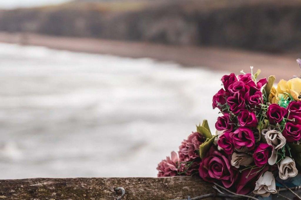 Rosen liegen auf einem Steg, Seebestattung Bestattungshaus Elstermeier