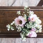 Sarg mit einem Blumenstrauß